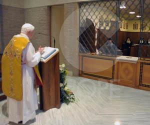 Benedicto XVI predicando en la Santa Misa en la Capilla del Monasterio, en una de sus tres visitas.